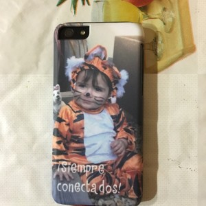 Carcasa para iPhone con foto de bebé disfrazado de tigre y texto: Siempre conectados.