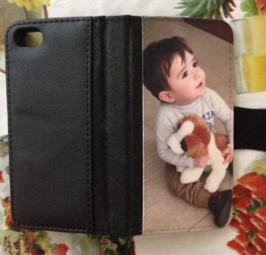 Funda con protector de pantalla para iPhone con foto de bebé abrazando perrito de peluche.