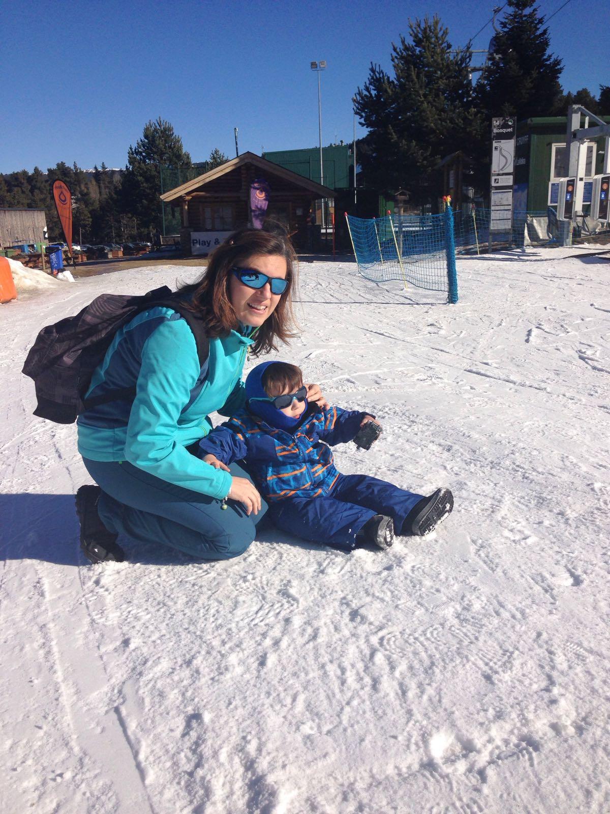 Mami arrodillada en la nieve y Vikingo sentado