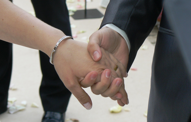 Detalle de las manos con los anillos
