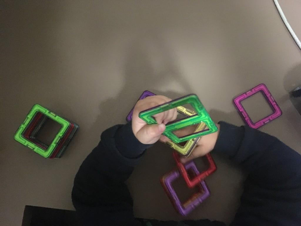 Manitas del peque con piezas del juego de construcción