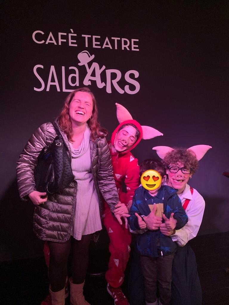 El pequeño Vikingo con su madre y 2 de los 3 cerditos.
