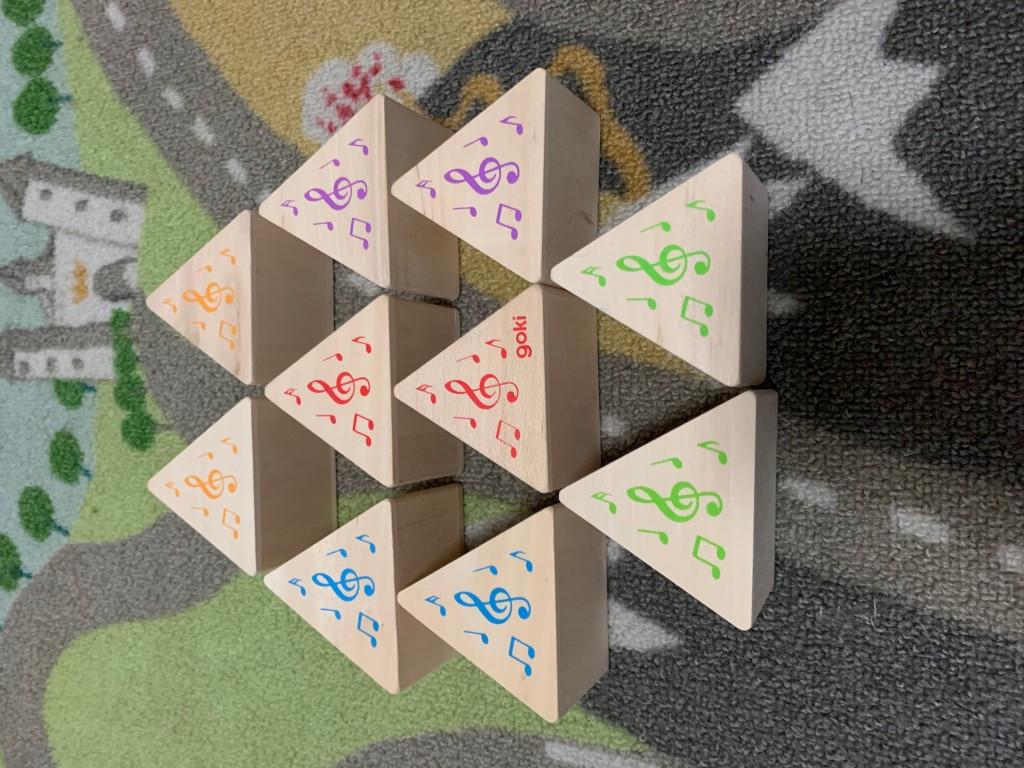 Se ven las piezas emparejadas y los distintos colores de sus notas musicales.
